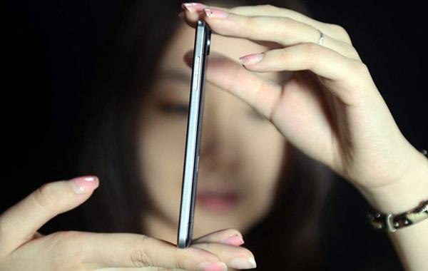 OPPO Finder, el móvil más fino del mundo te puede servir como un martillo