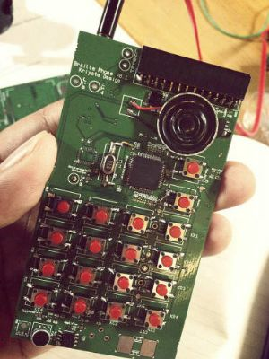 Smartphone con pantalla en braille para las personas con discapacidad visual